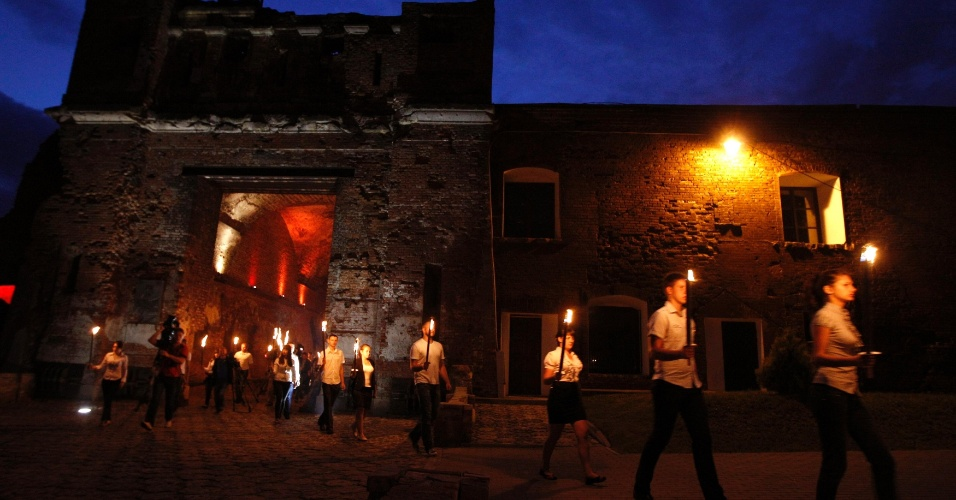 22.jun.2013 - Bielorrussos participam de cerimônia no forte do Herói, em Brest (Belarus), nesta sexta-feira (22), marcando o 72º aniversário da invasão nazista na antiga União Soviética, da qual o país fazia parte, na 2ª Guerra Mundial