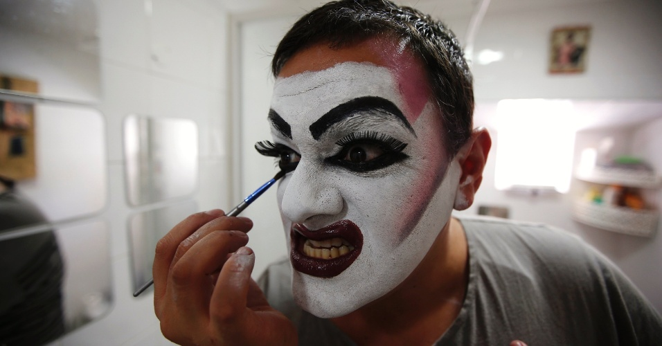 22.jun.2013 - A drag queen Fara Diva passa maquiagem antes da Parada Gay em Lisboa, Portugal, neste sábado. Recentemente o país aprovou leis a favor de casais do mesmo sexo