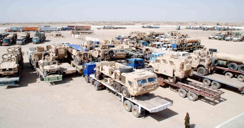 22.jun.2013 - Caminhões transportam veículos militares e equipamentos da Otan (Organização do Tratado do Atlântico Norte), com destino à cidade portuária de Karachi, no Paquistão, perto da fronteira com o Afeganistão em Chaman, para envio de volta aos Estados Unidos. A previsão de retirada das forças do país é até o final de 2014