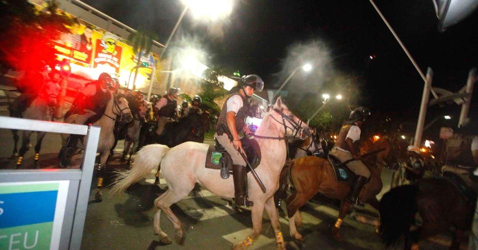22.jun.2013 - Cavalaria da PM é usada em confronto com manifestantes na região do Iguatemi em Salvador (BA), que pediam melhores condições de transporte, saúde e educação