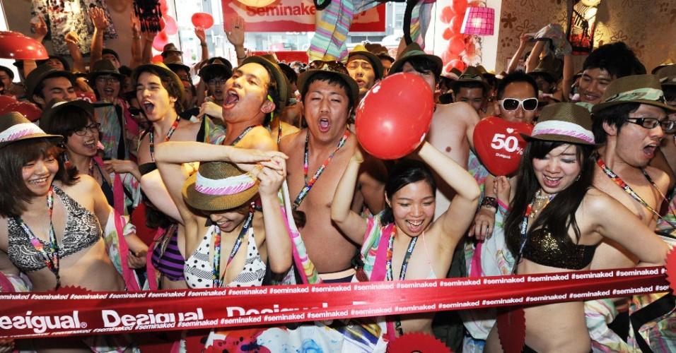 22.jun.2013 - Centenas de compradores só com roupas de banho participam da ''festa dos seminus'' em Tóquio, no Japão. Uma loja espanhola, que promove o evento, fornece duas peças de graças para quem for sem roupa ao local