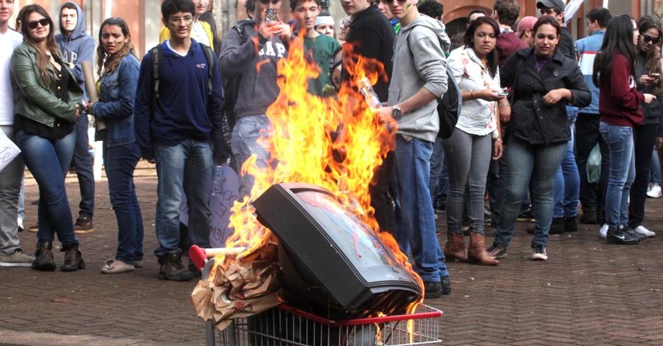 22.jun.2013 - Diversos protestos estão sendo realizados na cidade de Campo Mourão (PR), neste sábado (22). Além de gritos contra a corrupção, outras causas também são entoadas pelos manifestantes. Uma TV com o símbolo da Rede Globo pintado foi queimada