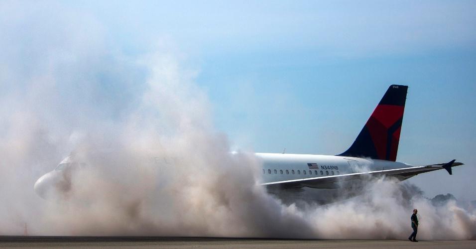 22.jun.2013 - Em exercício de resgate no aeroporto de LaGuardia, no Queens, em Nova York (EUA), é simulado um incêndio em uma aeronave. Cerca de 100 voluntários participaram do exercício, que é exigido pela autoridade de aviação norte-americana