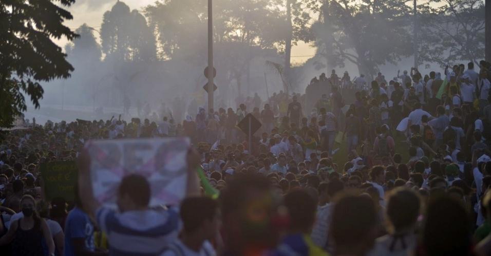 22.jun.2013 - Em protesto perto do estádio do Mineirão, em Belo Horizonte, quatro PMs ficaram feridos e três manifestantes