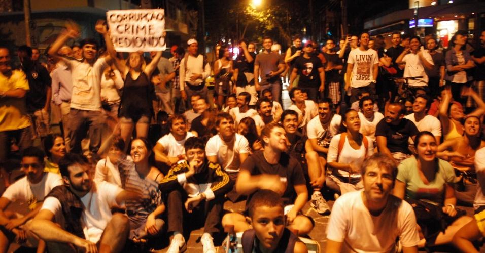 22.jun.2013 - Grupo de manifestantes faz vigília em frente à casa do governador do Rio de Janeiro, Sérgio Cabral, no bairro do Leblon, na madrugada deste sábado (22). A assessoria não soube informar se o governador está em casa