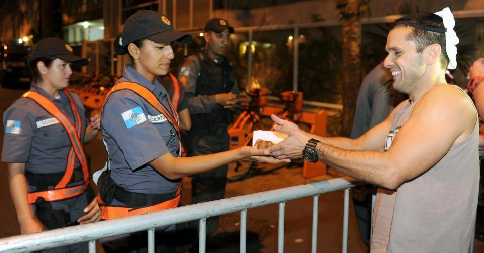 22.jun.2013 - Manifestantes acampados perto da casa do governador do Rio de Janeiro, Sérgio Cabral (PMDB), celebraram com bolo as primeiras 24 horas de ocupação no local