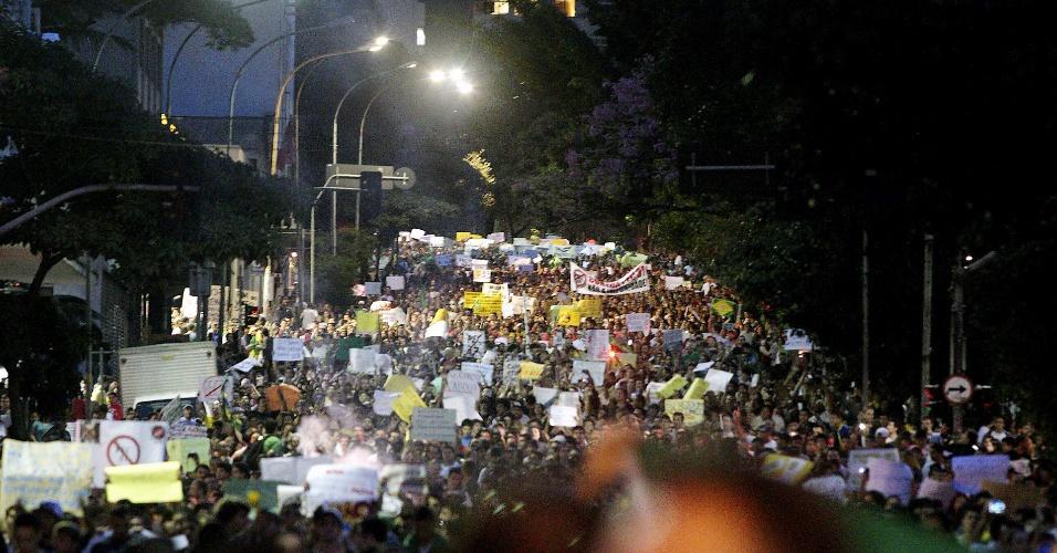 22.jun.2013 - Milhares de pessoas participam de protesto na rua da Consolação, em São Paulo, na noite deste sábado. Entre as demandas, está o fim da PEC 37 e o combate à corrupção