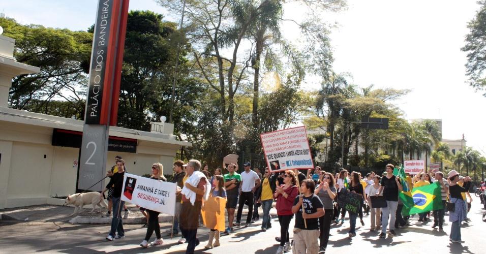 22.jun.2013 - Moradores da região do Morumbi, na zona sul de São Paulo, protestam por mais segurança, em frente ao Palácio dos Bandeirantes, sede do governo do Estado, neste sábado (22)
