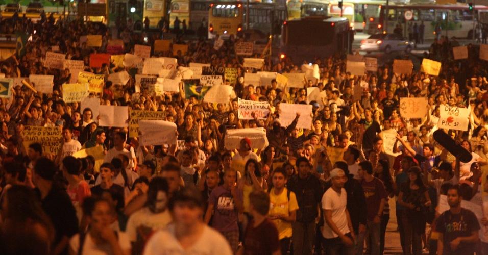 22.jun.2013 - O protesto da chamada ''Marcha do Vinagre'' tomou parte da Esplanada dos Ministérios na tarde deste sábado (22), em Brasília, e reuniu de 800 a mil pessoas, segundo a Polícia Militar