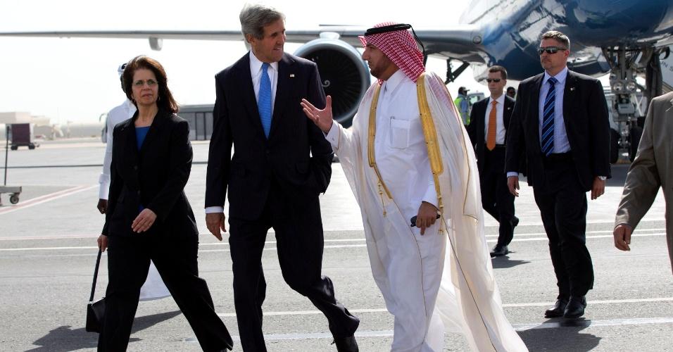 22.jun.2013 - O secretário de Estado dos EUA, John Kerry, conversa com o chefe de Protocolo do Qatar, Ibrahim Fakhroo, em sua chegada a Doha. Kerry está em uma visita de dois dias ao Qatar, e segue depois para outros seis países da Ásia