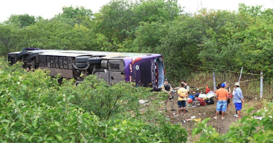 22.jun.2013 - Pelo menos sete pessoas morreram e 40 ficaram feridas em um acidente envolvendo um ônibus que caiu em uma ribanceira no km 183 da BR-222 em Sobral (CE) na madrugada deste sábado (22)