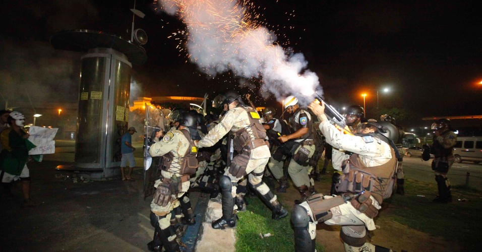 22.jun.2013 - Polícia entra em confronto com manifestantes na região do Iguatemi em Salvador (BA), que pediam melhores condições de transporte, saúde e educação