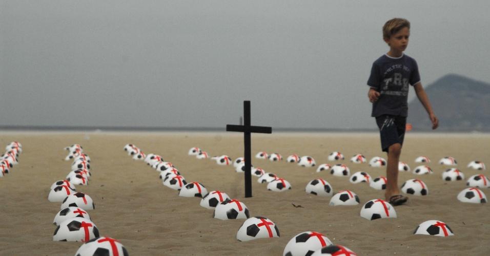 """22.jun.2013 - Quinhentas bolas de futebol foram colocadas pelo Movimento Rio de Paz na praia de Copacabana, no Rio de Janeiro, na manhã deste sábado (22). As bolas representam, """"meio milhão de brasileiros assassinados nos últimos dez anos"""""""