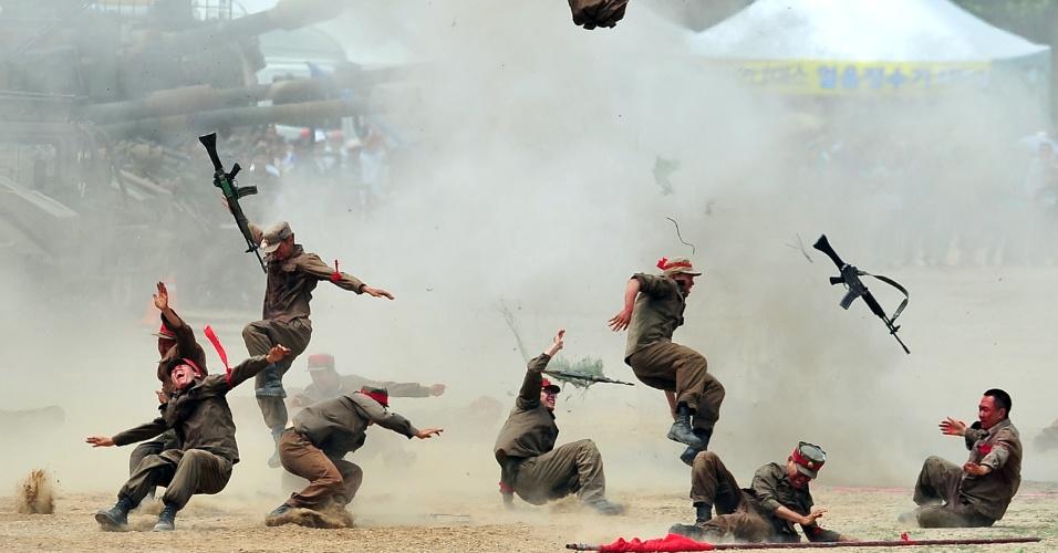 22.jun.2013 - Soldados sul-coreanos reencenam a batalha de Chuncheon, na Coreia do Sul, neste sábado (22). O Ministério da Defesa sul-coreano encenou uma das mais importantes batalhas da Guerra da Coreia (1950-1953), como parte dos eventos de comemoração do 63º aniversário do conflito