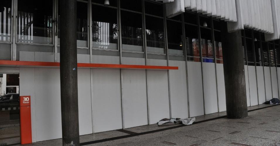 22.jun.2013 - Tapumes de madeira são instalados na frente de todas as vidraças de banco na avenida Paulista, região central de São Paulo, na manhã deste sábado (22), para evitar atos de vandalismo durante protestos