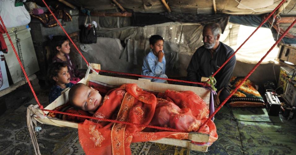 22.jun.2013 - Um bebê dorme em uma rede em um campo de refugiados em Jalalabad, no Afeganistão