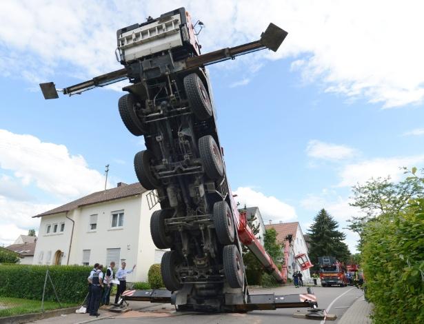 22.jun.2013 - Um caminhão que carregava uma cabine panorâmica caiu sobre o telhado de uma casa deixando pelo menos 14 pessoas, que estavam dentro da cabine, feridas, em Neuenstadt am Kocher, na Alemanha, neste sábado (22). O acidente aconteceu durante uma festa organizada por uma escola local.