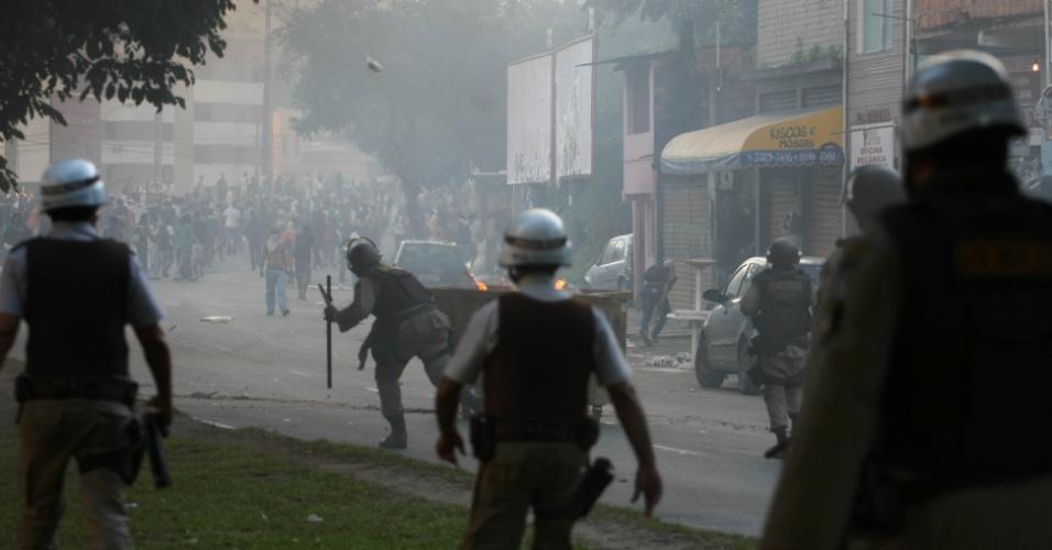 22.jun.2013 - Um grupo de manifestantes entrou em confronto com policiais militares no Dique do Tororó, em Salvador, neste sábado, durante protesto contra o preço a tarifa do ônibus na cidade e também contra a precariedade dos serviços públicos na cidade