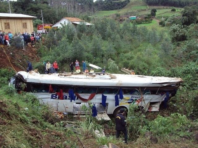22.jun.2013 - Um ônibus que ia de Foz do Iguaçu (PR) até Horizontina (RS) caiu de um barranco com 20 metros de altura, nas proximidades de Mondaí (SC), na manhã deste sábado (22). Nove pessoas morreram, entre elas uma mulher grávida, e 22 ficaram feridas (cinco em estado grave). Segundo a Polícia Militar Rodoviária de Santa Catarina, o ônibus perdeu os freios e saiu da pista numa curva