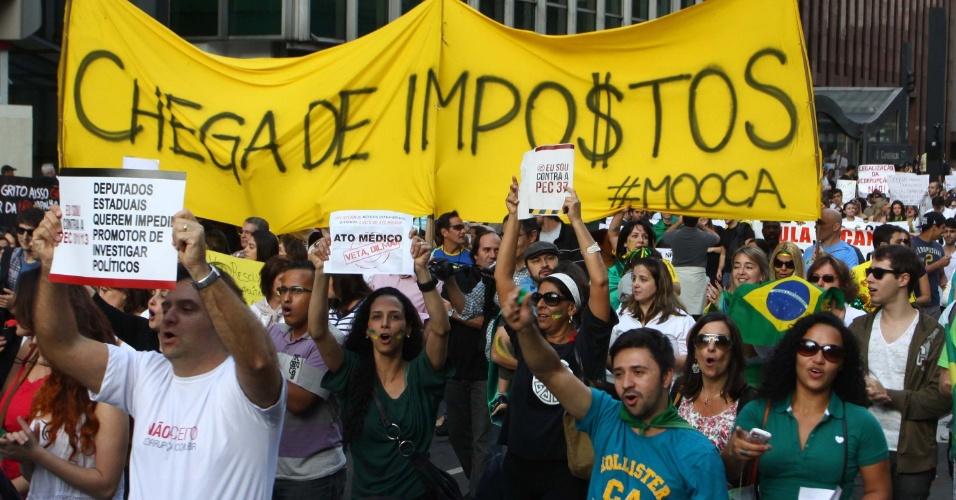 22.jun.2013 - Um protesto contra a PEC 37 bloqueou a avenida Paulista em frente ao Masp, neste sábado. De acordo com a PM, cerca de 30 mil pessoas participam da manifestação