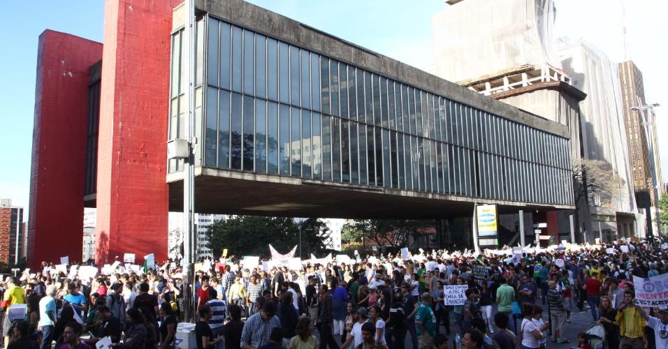 22.jun.2013 - Um protesto contra a PEC 37 bloqueou a avenida Paulista em frente ao Masp, neste sábado. De acordo com a PM, cerca de 4.000 pessoas participam da manifestação