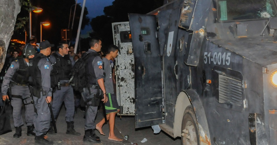 22.jun.2013 - Um protesto em Bangu, na zona oeste do Rio de Janeiro, no fim de tarde deste sábado (22), terminou com 30 pessoas presas, suspeitas de vandalismo e de tentar realizar assaltos a lojas da região, segundo a Polícia Militar