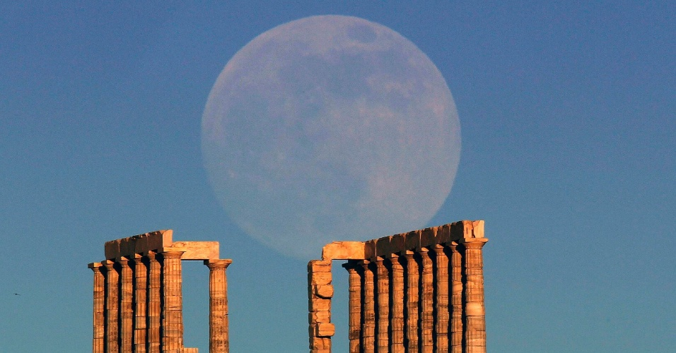 A lua aparece sobre o Templo de Poseidon, na Grécia. O fenômeno da superlua, quando o satélite deve ficar 13,5% mais próximo da Terra, atinge seu auge neste domingo,