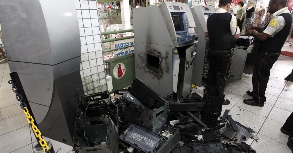 Quatro caixas eletrônicos foram arrombados com uso de explosivos dentro de um shopping em Venda Nova (MG), neste sábado. Nenhum suspeito foi preso