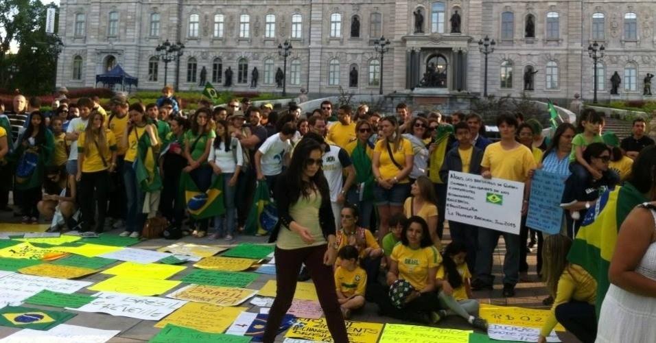 19.jun.2013 - O internauta Eduardo Augusto Bertoncello enviou fotos do protesto em apoio aos brasileiros feito em Ville de Québec, no Canadá. Cerca de 200 participaram do ato, segundo ele