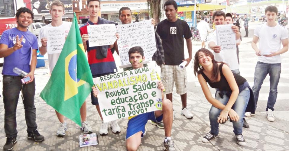 20.jun.2013 - Internauta Oséias Andrade, de Taubaté (SP), registrou imagens do protesto na cidade. O grupo percorreu as principais ruas do centro e terminou a manifestação na via Dutra