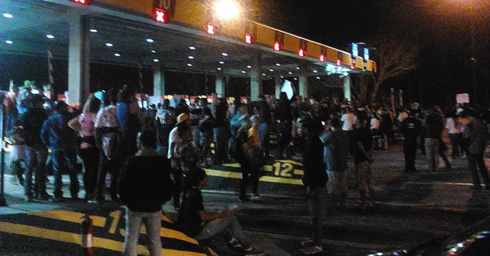22.jun.2013 - O internauta Diego Bruno enviou fotos do protesto na cidade de Cajamar (SP). ''O que mais emociona é ver todos em uma só voz cantando o hino do Brasil'', comentou
