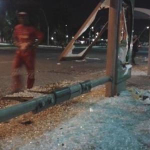 23.jun.2013 - 23.jun.2013 - Ponto de ônibus foi depredado em Salvador