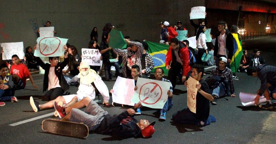 23.jun.2013 -  Cerca de 300 manifestantes fazem protesto contra a corrupção nas proximidades da Etec Parque da Juventude, na avenida Cruzeiro do Sul, no bairro de Santana, em São Paulo (SP)