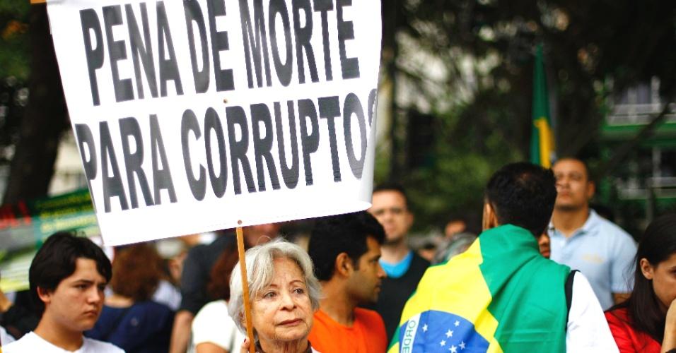23.jun.2013 - Cerca de 600 pessoas realizam na tarde deste domingo (23) uma passeata contra várias causas, entre as quais a PEC 37 e o aumento da tarifa do transporte coletivo, na orla de Copacabana, na zona sul do Rio de Janeiro