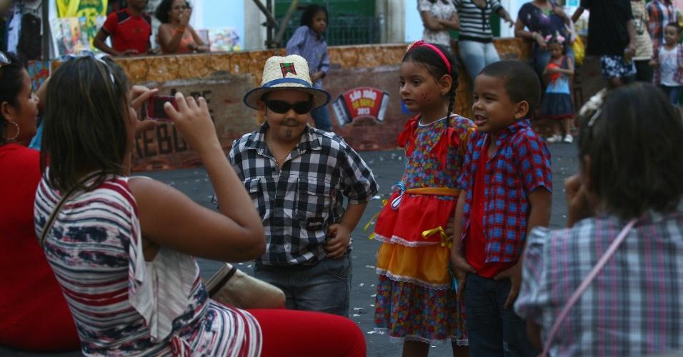 23.jun.2013 - Crianças brincam com familiares durante festa de São João no centro histórico de Salvador, neste domingo