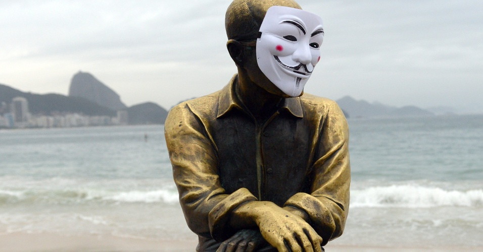 23.jun.2013 - Estátua do poeta Carlos Drummond de Andrade, na praia de Copacabana, no Rio de Janeiro, aparece com a máscara de Guy Fawkes, comumente usada por manifestantes durante protestos. Uma marcha contra a PEC 37 é realizada neste domingo na cidade