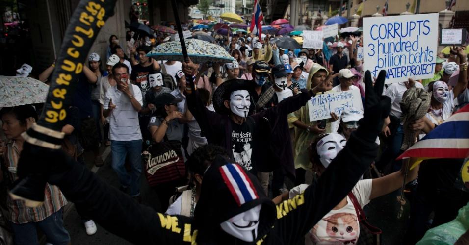 23.jun.2013 - Manifestantes, alguns usando máscaras de Guy Fawkes, se reúnem no distrito comercial de Bancoc, na Tailândia, neste domingo (23). Milhares de pessoas marcham para protestar contra o ex-primeiro-ministro Thaksin Shinawatra e o atual governo liderado por sua irmã, a primeira-ministra Yingluck Shinawatra