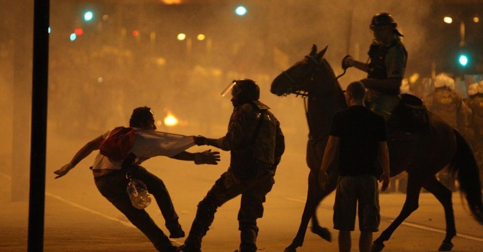 23.jun.2013 - Protesto na praça Sete, região central de Belo Horizonte terminou em confronto entre policiais e manifestantes na noite deste sábado (22). O confronto começou depois que parte dos manifestantes tentou furar o bloqueio policial e jogou pedras contra os policiais. Com a agressão, 27 pessoas ficaram feridas (20 manifestantes e sete policiais). A manifestação fechou as principais avenidas que dão acesso ao estádio do Mineirão