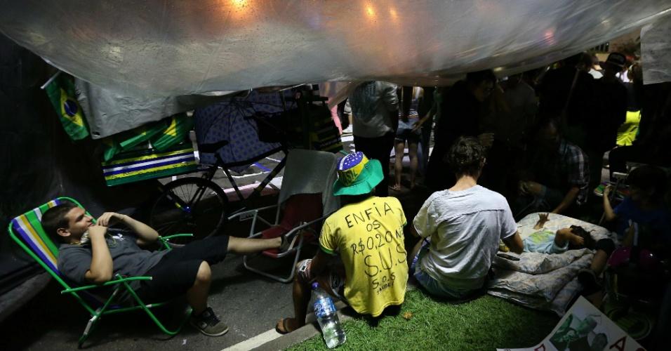 23.jun.2013 - Um grupo de manifestantes continua acampado próximo à residência de Sérgio Cabral, governador do Rio de Janeiro. No local deste sexta-feira (21), eles ameaçam continuar a manifestação até que o governador se posicione sobre a repressão policial em protestos na capital do Estado