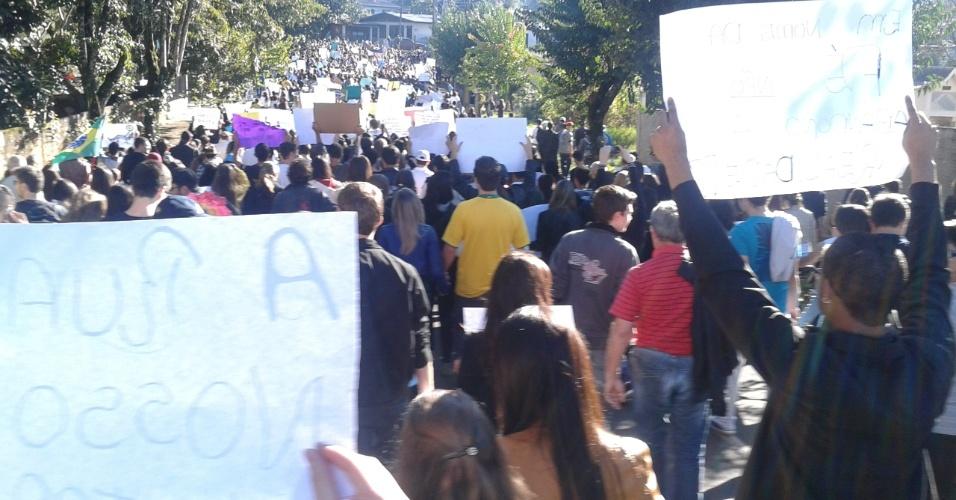 A internauta Karina Meier enviou fotos do protesto em Pato Branco (PR), que teve concentração na praça na Getúlio Vargas