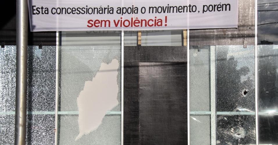 Concessionária que pedia em faixa manifestações sem violência tem fachada danificada após protestos