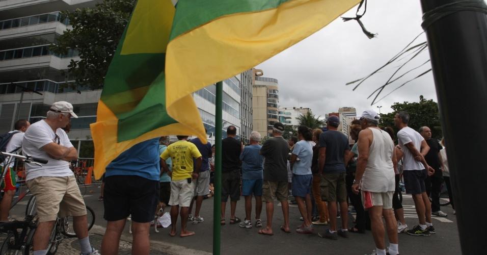 Manifestantes seguem acampados em frente à casa do governador do Rio de Janeiro, Sérgio Cabral, no bairro do Leblon, zona sul da capital