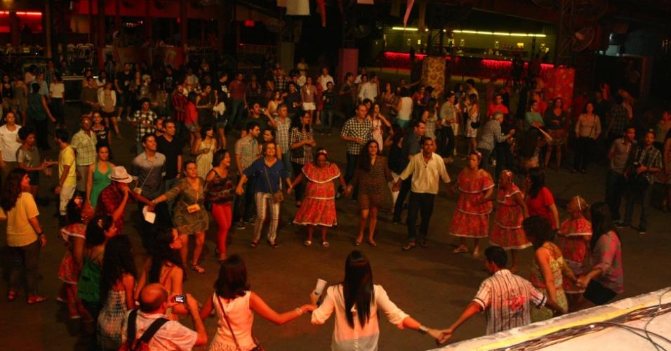 """15.jun.2013 - Público dança durante apresentação do cantor paraibano Chico César na festa junina """"Arraial Perfumado"""" em Recife"""