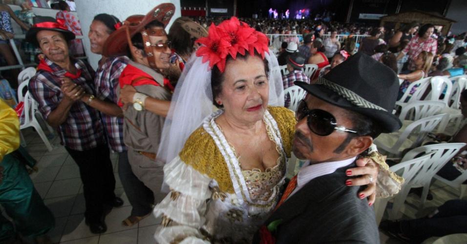 17.jun.2013 - Idosos dançam durante festa junina da terceira idade, no Chevrolet Hall, no Recife