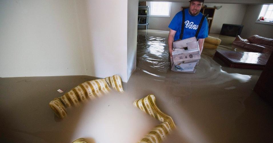 22.jun.2013 - Homem recolhe pertences de casa alagada em Calgary, no Estado de Alberta, no Canadá. Três pessoas morreram por causa das enchentes e milhares de moradores foram obrigados a deixar suas casas