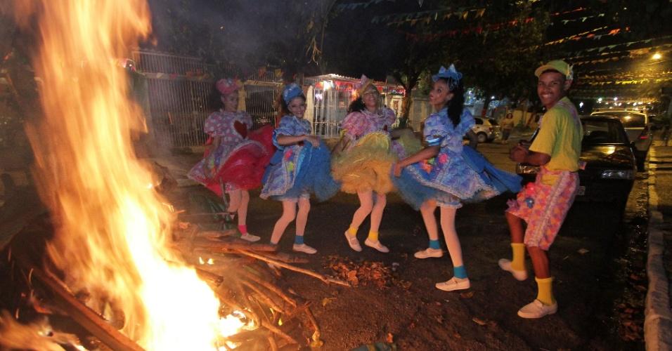 23.jun.2013 - Moradores dançam quadrilha durante festa junina na rua Tupiniquins, no bairro Santo Amaro, no Recife