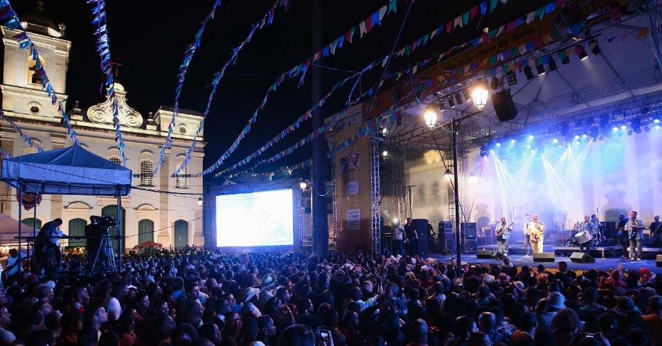 23.jun.2013 - Pessoas aproveitam show do forrozeiro Genival Lacerda durante a Festa de São João no Terreiro de Jesus, na região do Pelourinho em Salvador, neste domingo (23)