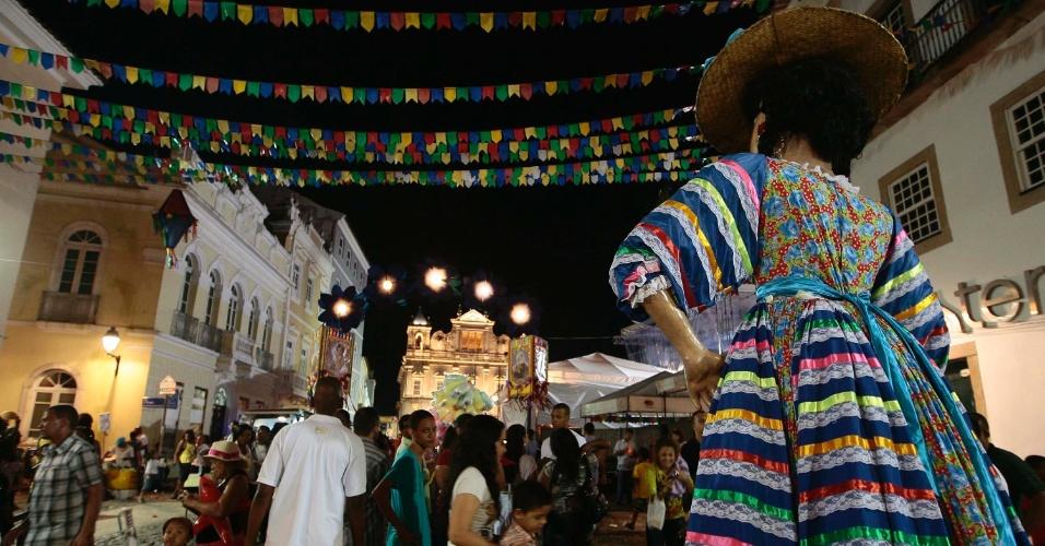 23.jun.2013 - Pessoas participam de Festa de São João no Terreiro de Jesus, na região do Pelourinho em Salvador, neste domingo (23)