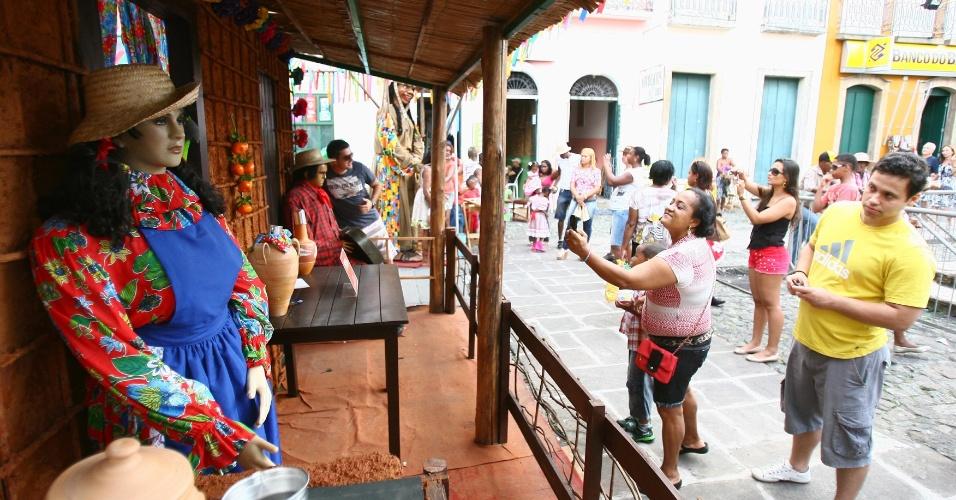 23.jun.2013 - Turistas e moradores aproveitam festa de São João no centro histórico de Salvador, neste domingo (23)