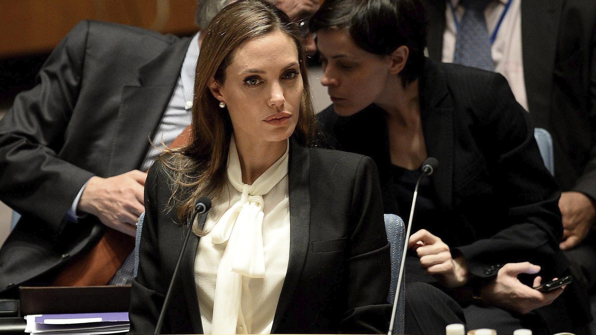 24.jum.2013 - A atriz Angelina Jolie participa da sessão do Conselho de Segurança da ONU (Organização das Nações Unidas) dedicada a combater a violência sexual contra as mulheres em conflitos armados. A reunião acontece em Nova York, nos EUA